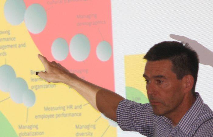 Prof. Dr. Achim Weiand, Professor an der Hochschule Neu-Ulm bei seinem Vortrag des Ulmer HR-Kompetenzforums der Personalberatung MAROLD
